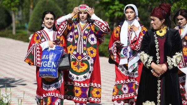Девушки в национальных костюмах во время праздника в Душанбе