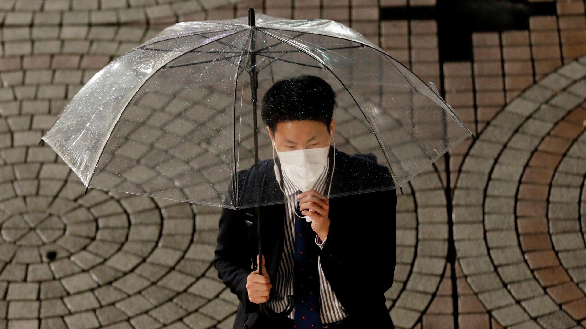 Мужчина в защитной маске в Токио, Япония - РИА Новости, 1920, 03.05.2020