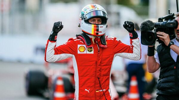 Пилот команды Формулы-1 Феррари Себастьян Феттель празднует победу