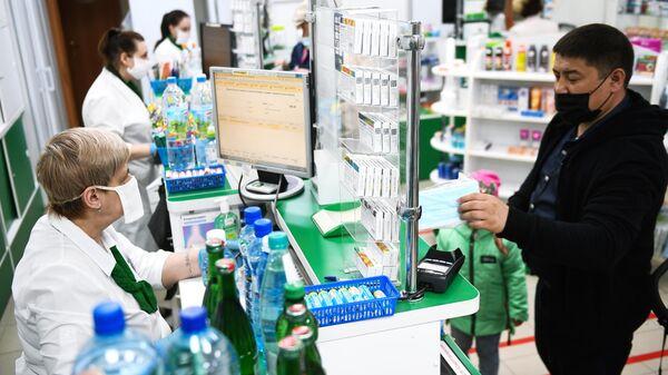 Мужчина в медицинской маске в аптеке в Новосибирске