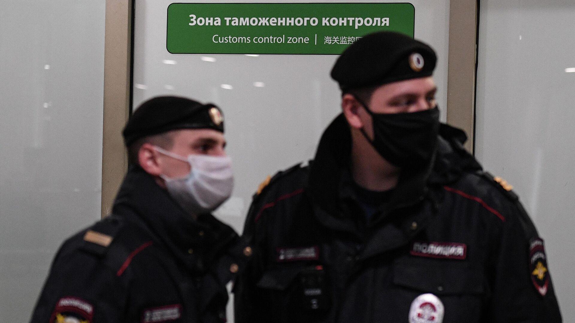 Сотрудники полиции у зоны таможенного контроля в терминале F Международного аэропорта Шереметьево - РИА Новости, 1920, 13.12.2020