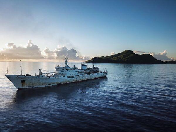Исследовательское судно Адмирал Владимирский возле Сейшельских островов в Индийском океане