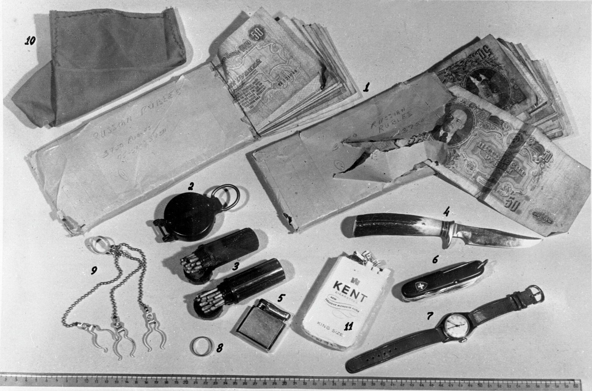 Часы, финский нож, советские деньги, которыми был снабжен американский летчик-шпион Фрэнсис Генри Пауэрс, чей самолет-разведчик Локхид У-2 был сбит советской зенитной ракетой под Свердловском (ныне - Екатеринбург) - РИА Новости, 1920, 30.04.2021