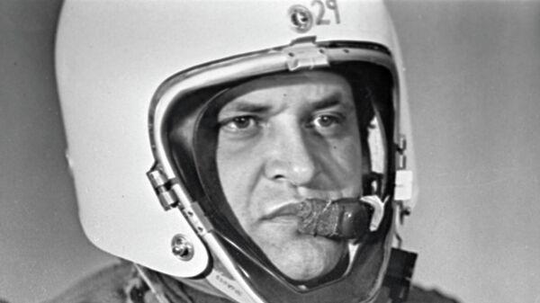 Фрэнсис Гарри Пауэрс в специальной экипировке для длительных полетов в стратосфере - американский шпион, чей самолет-разведчик Локхид У-2 был сбит советской зенитной ракетой под Свердловском