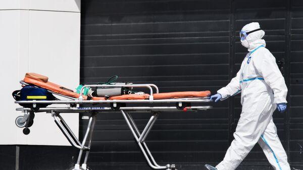 Медицинский работник у карантинного центра в Коммунарке