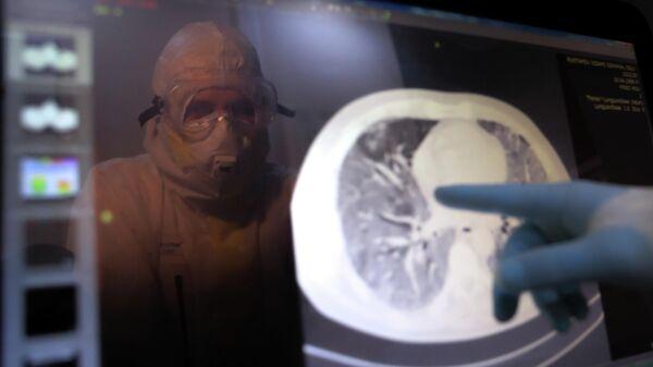 Медицинский работник в стационаре для больных с коронавирусной инфекцией на базе Медицинского научно-образовательного центра МГУ имени М.В. Ломоносова в Москве
