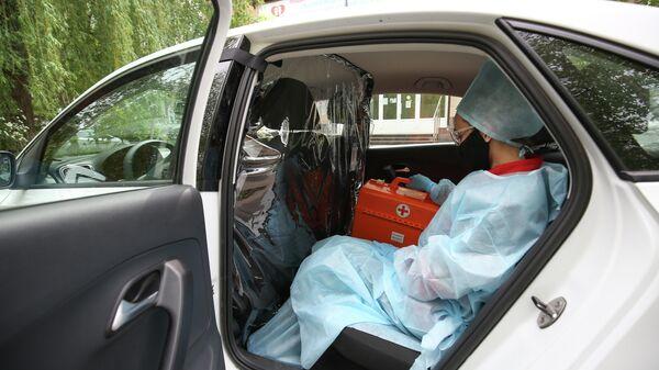 Врач-терапевт городской поликлиники № 25 города Краснодара в автомобиле федерального проекта Помощь рядом сервиса Яндекс.Такси
