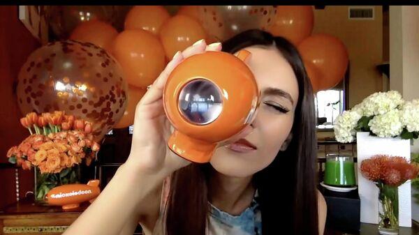 Ведущая Виктория Джастис во время трансляции вручения премии Kids Choice Awards 2020: Celebrate Together от Nickelodeons 2020