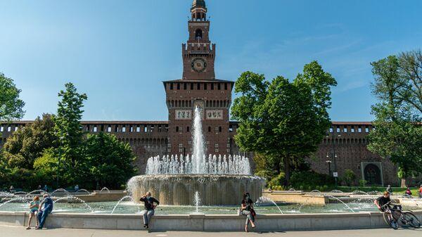 Люди на площади у замка Сфорца в Милане