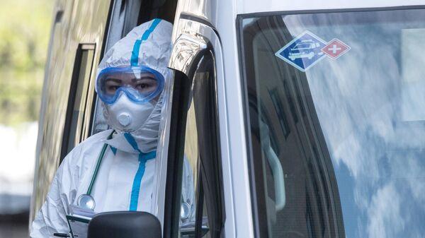 Врач скорой медицинской помощи возле приемного отделения национального медицинского центра эндокринологии Минздрава России в Москве