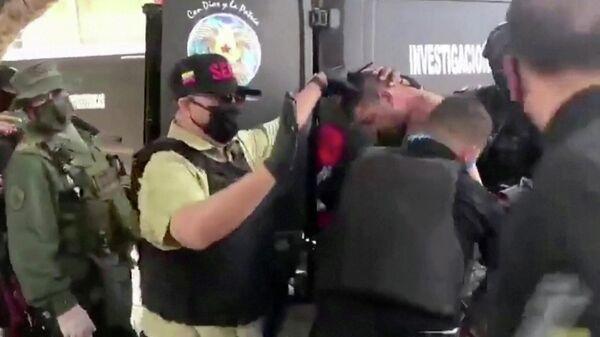 Венесуэльские военные перевозят подозреваемого в предполагаемом вторжении
