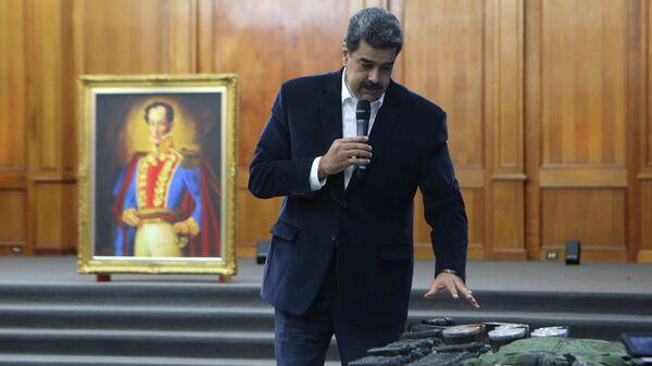 Президент Венесуэлы Николас Мадуро демонстрирует снаряжение, изъятое после предполагаемой попытки вторжения
