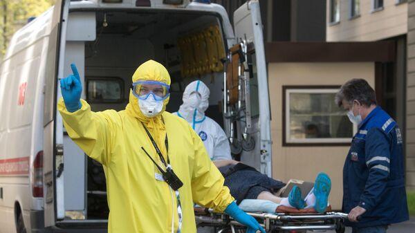 Бригада скорой помощи доставила пациента с подозрением на коронавирусную инфекцию в приемное отделение НМИЦ эндокринологии Минздрава РФ