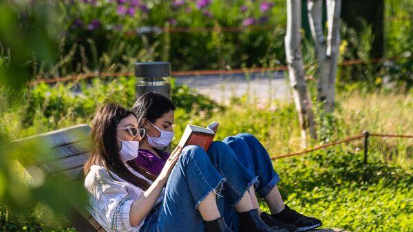 Девушки в парке в центре Милана