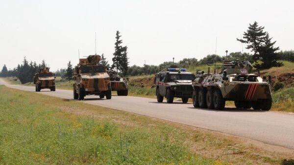 Россия и Турция провели совместное патрулирование участка трассы М-4 в зоне деэскалации Идлиб в Сирии