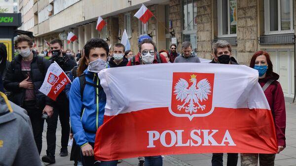 Участники первомайской демонстрации против политики властей и карантинных мер в Варшаве