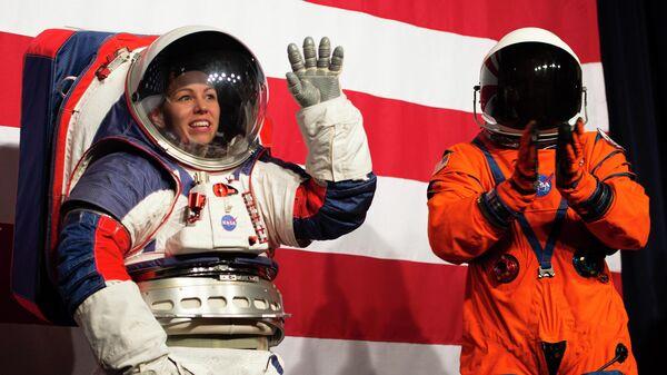 Презентация лунных скафандров на пресс-конференции в Вашингтоне, которые будут использоваться в рамках космической программы Артемида