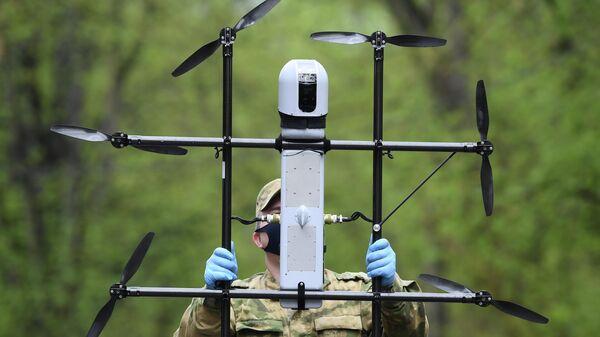 Военнослужащий Росгвардии готовит к полету беспилотный летательный аппарат ZALA для подготовки патрулирования