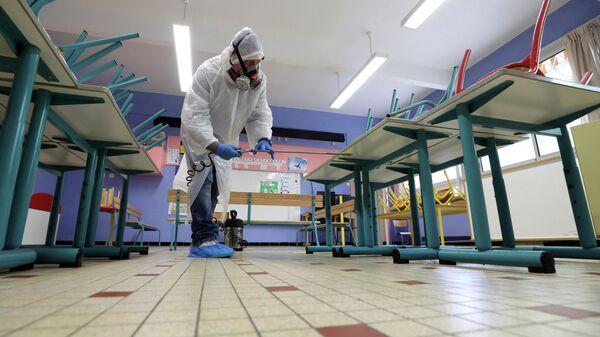 Дезинфекция начальной школы в Каннах перед началом снятия карантинных мер во Франции