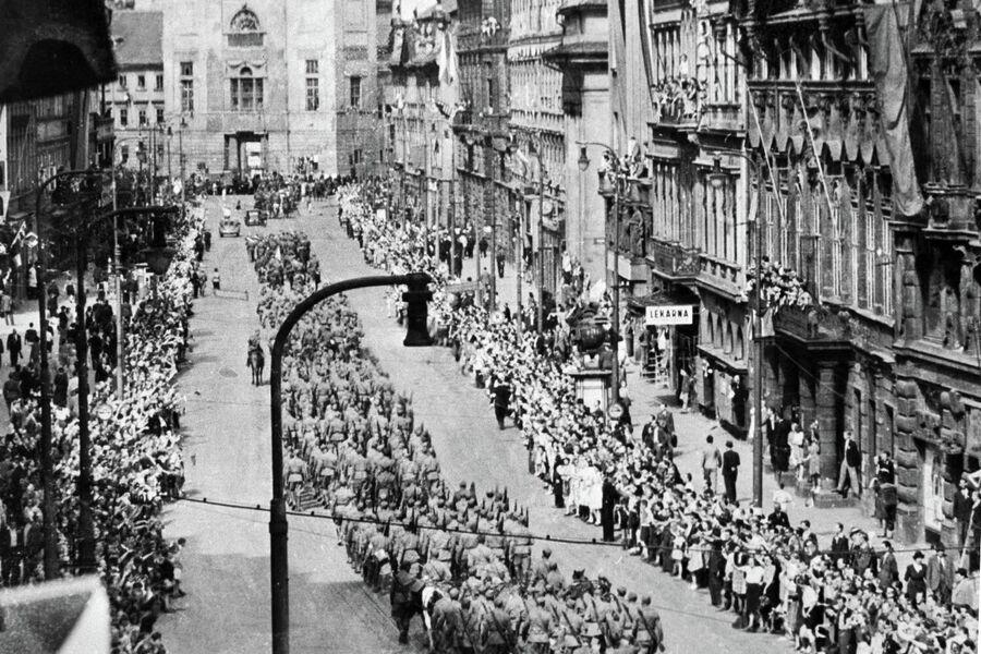 Советские войска проходят по улицам Праги