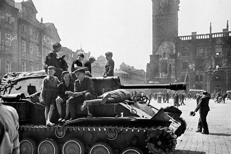 Дети сидят на броне самоходной артиллерийской установки в освобожденной Праге