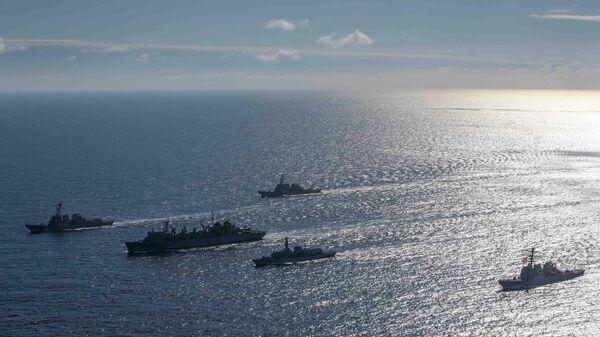 Эсминцы ВМС США Портер, Дональд Кук и Франклин Рузвельт, корабль поддержки USNS Supply и британский фрегат Кент во время учений в Баренцевом море. 5 мая 2020