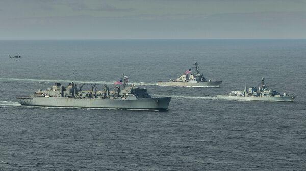 Эсминец ВМС США Портер, корабль поддержки USNS Supply и британский фрегат Кент во время учений в Баренцевом море. 5 мая 2020