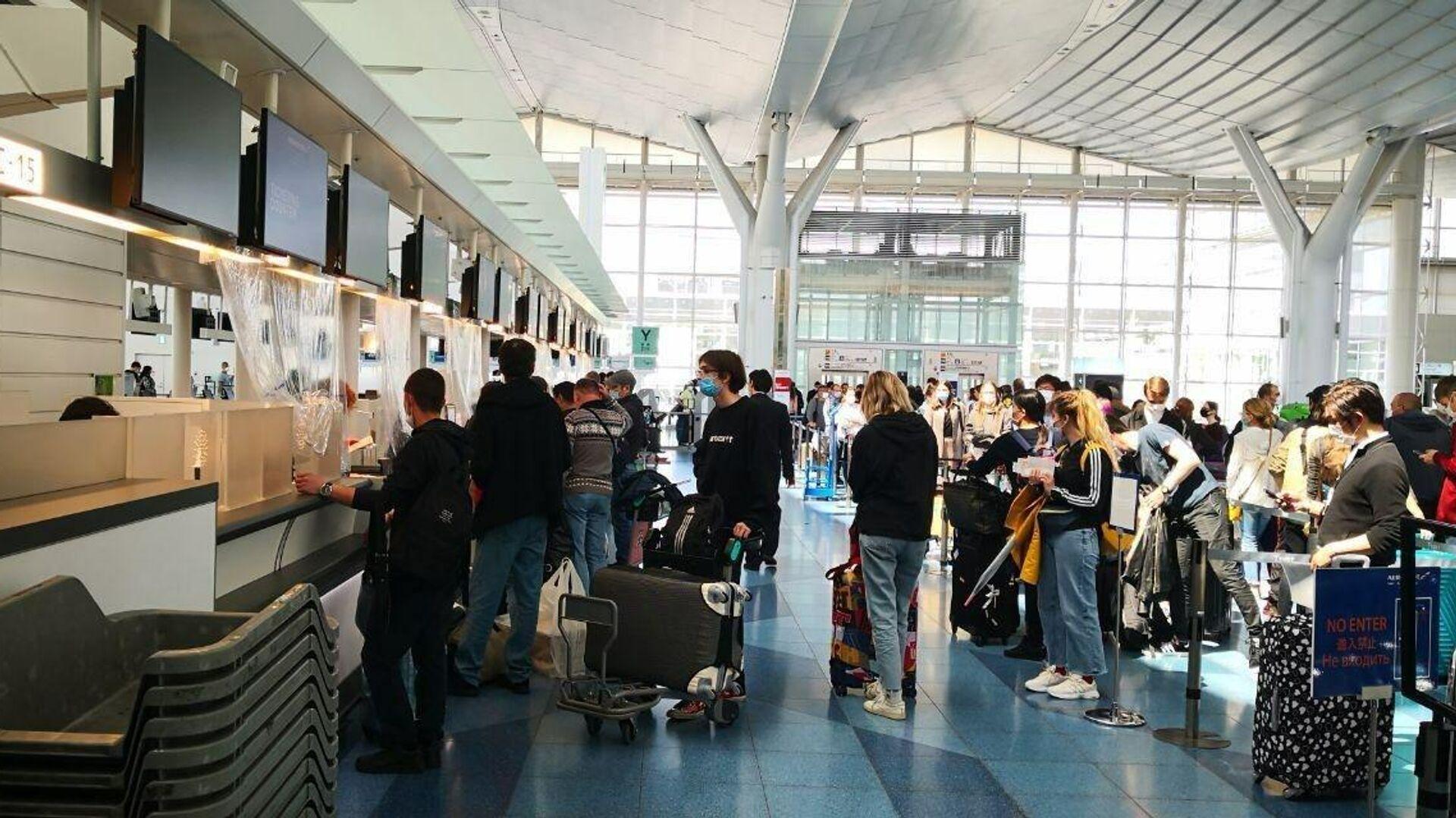 Россияне регистрируются на вывозной рейс в аэропорту Токио - РИА Новости, 1920, 21.09.2020