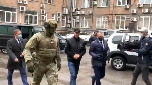 Бизнесмен Анатолий Быков доставлен на допрос. Видео СК
