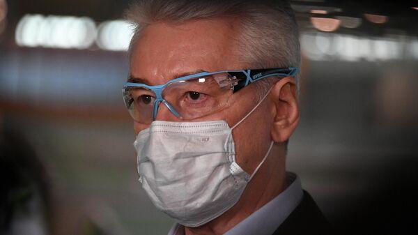 Мэр Москвы Сергей Собянин в защитной маске во время посещения павильона №75 на ВДНХ