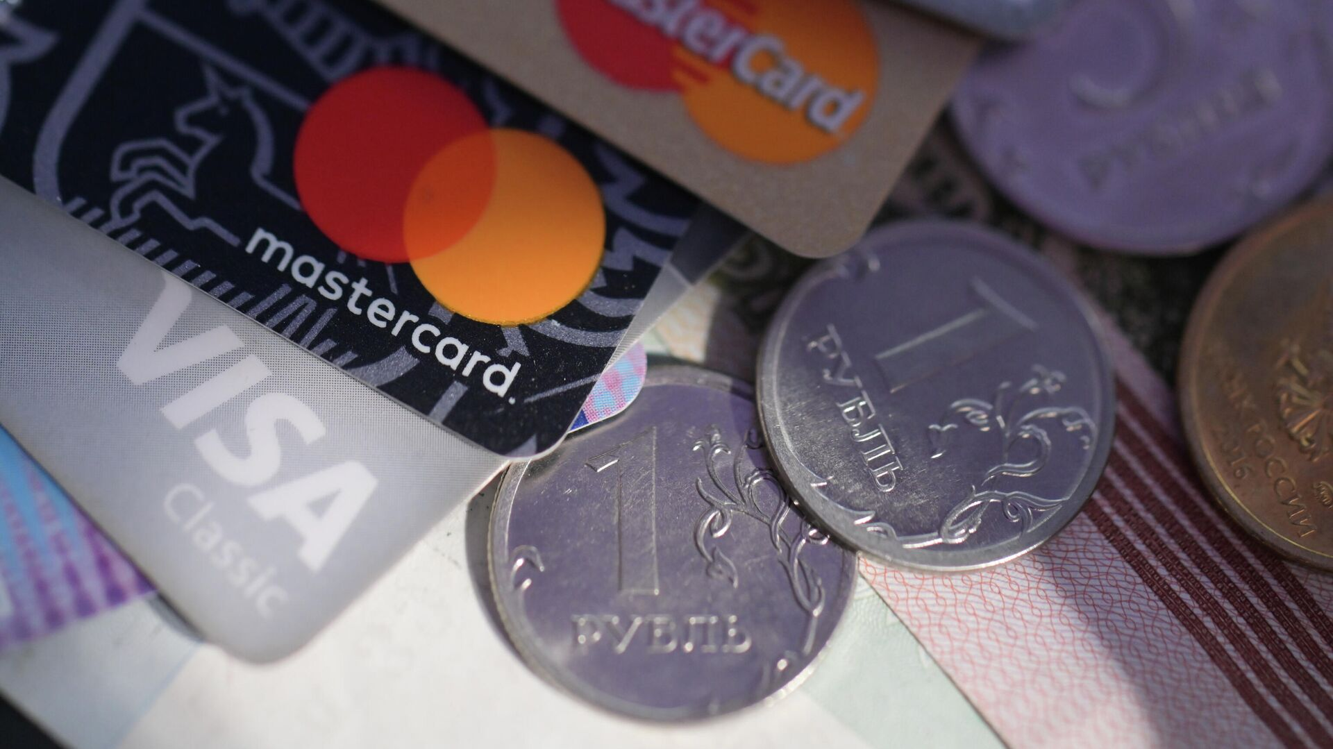 """Эксперт объяснил, откуда берется """"лишний"""" долг на кредитке"""