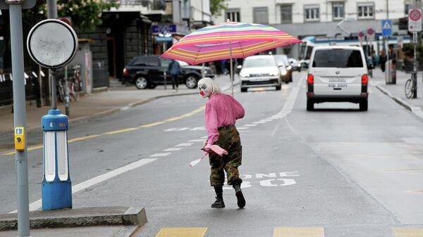Человек в костюме клоуна на одной из улиц в Цюрихе, Швейцария
