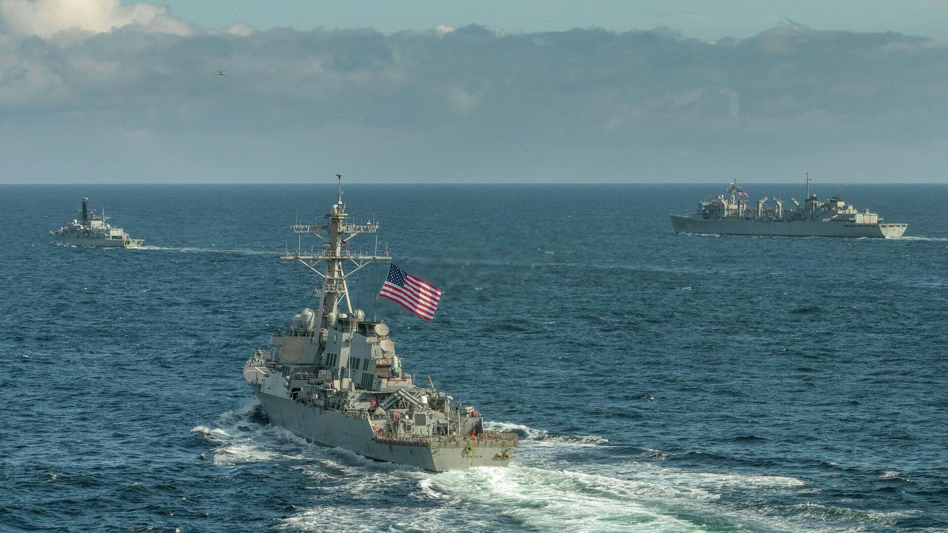 Эсминец ВМС США Портер, корабль поддержки USNS Supply и британский фрегат Кент во время учений в Баренцевом море. 5 мая 2020  - РИА Новости, 1920, 09.04.2021