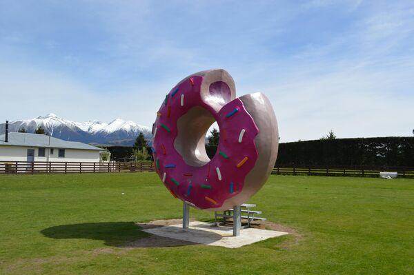 Памятник пончику в Новой Зеландии