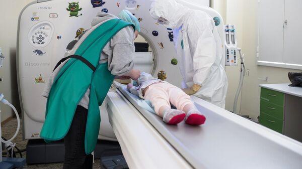 Врачи с пациентом в кабинете компьютерной томографии НМИЦ здоровья детей Минздрава РФ