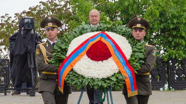 Президент Армен Саркисян  возлагает цветы у Вечного огня в парке Победы во время празднования Дня Победы в Ереване