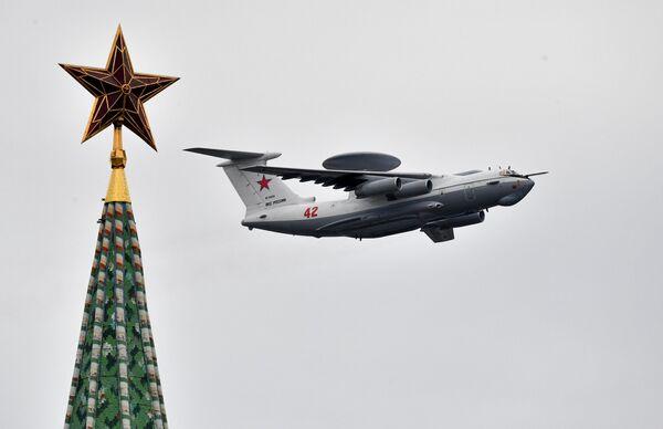 Авиационный комплекс дальнего радиолокационного обнаружения А-50 на воздушном параде Победы в Москве
