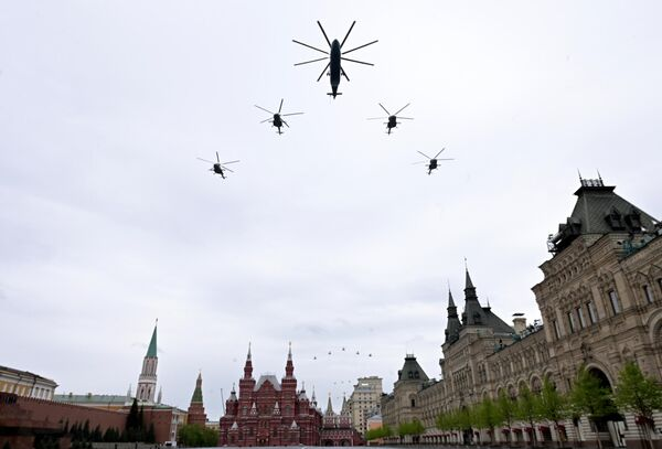 Тяжелый вертолет Ми-26 и многоцелевые вертолеты Ми-8 на воздушном параде Победы в Москве