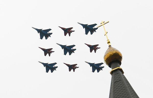 Истребители МиГ-29 и Су-30СМ пилотажных групп Русские витязи и Стрижи на воздушном параде Победы в Москве