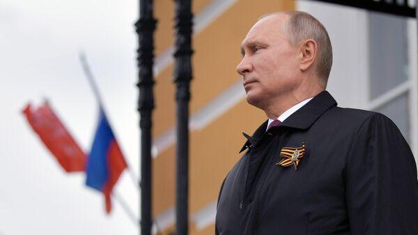 Владимир Путин наблюдает за пролетом военной авиации во время воздушного парада, посвященного 75-летию Победы в Великой Отечественной войне.