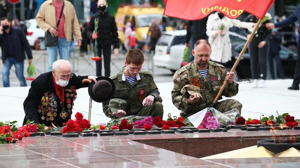 Жители города возлагают цветы к мемориальному комплексу Вечный огонь в Краснодаре