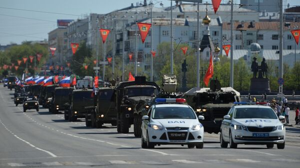 Театрализованная колонна из 11 военных грузовиков проехала по центральным улицам Екатеринбурга