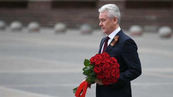 Мэр Москвы Сергей Собянин возлагает цветы к памятнику маршалу Георгию Жукову на Манежной площади в 75-ю годовщину Победы в Великой Отечественной войне