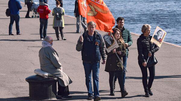 Жители города во время празднования Дня Победы в Санкт-Петербурге