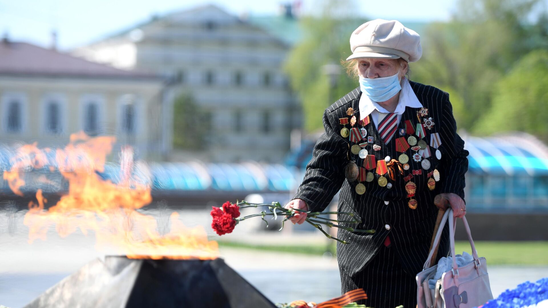 Участница ВОВ Рафика Калинина возлагает цветы к Вечному огню на площади у парка отдыха имени Горького в Казани - РИА Новости, 1920, 09.05.2020
