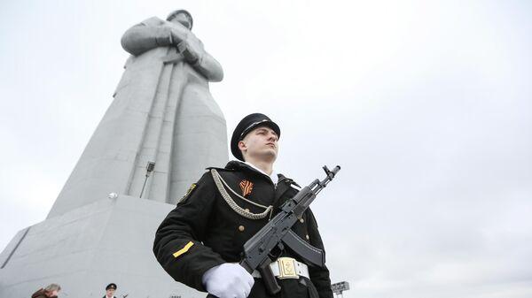 Рота почетного караула у памятника защитникам Кольского Заполярья в Мурманске