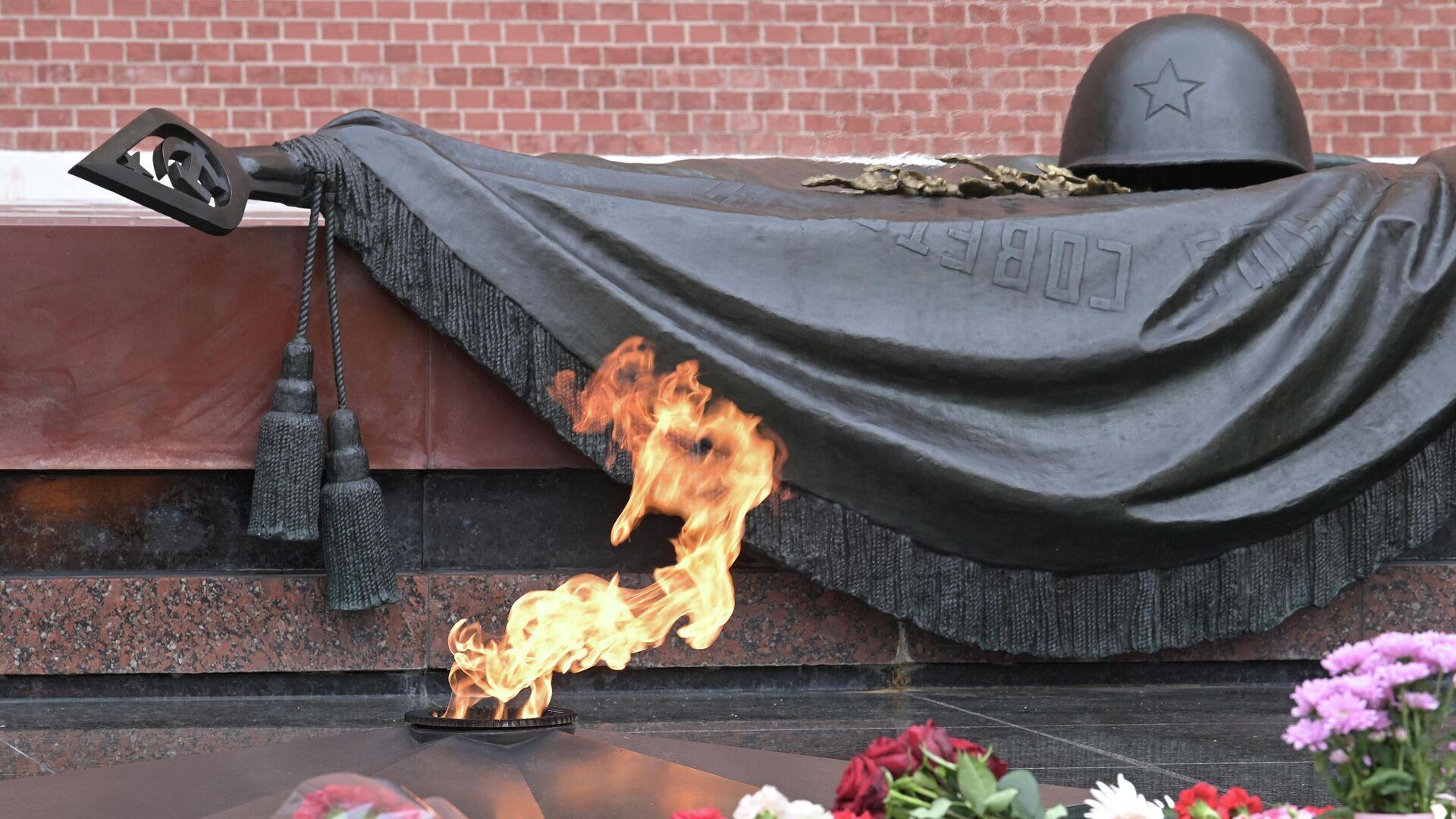 Вечный огонь на Могиле Неизвестного Солдата в Александровском саду - РИА Новости, 1920, 09.05.2021