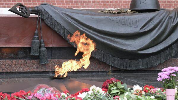 Вечный огонь на Могиле Неизвестного Солдата в Александровском саду