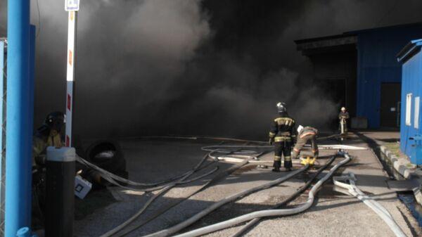 Локализация пожара на складе с продуктами питания в Красноярске