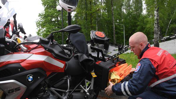 Спасатель мотогруппы проверяет оборудование и оснащение перед учениями по устранению последствий дорожно-транспортного происшествия на территории учебно-тренировочного полигона Апаринки в Московской области